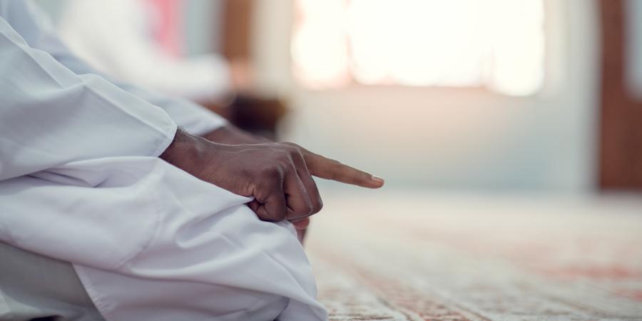 Чернокожий суннит во время намаза
