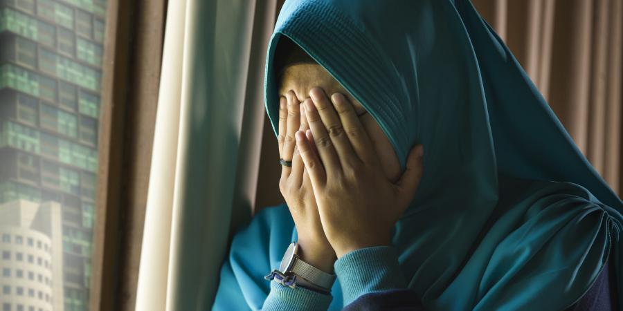 Плачущая мусульманка в синем хиджабе