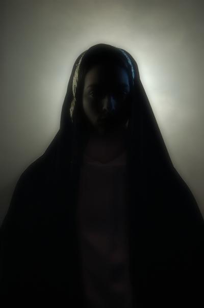 Силуэт женщины в чёрном хиджабе