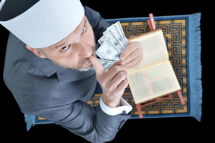 Суннитский имам, держащий деньги над Кораном