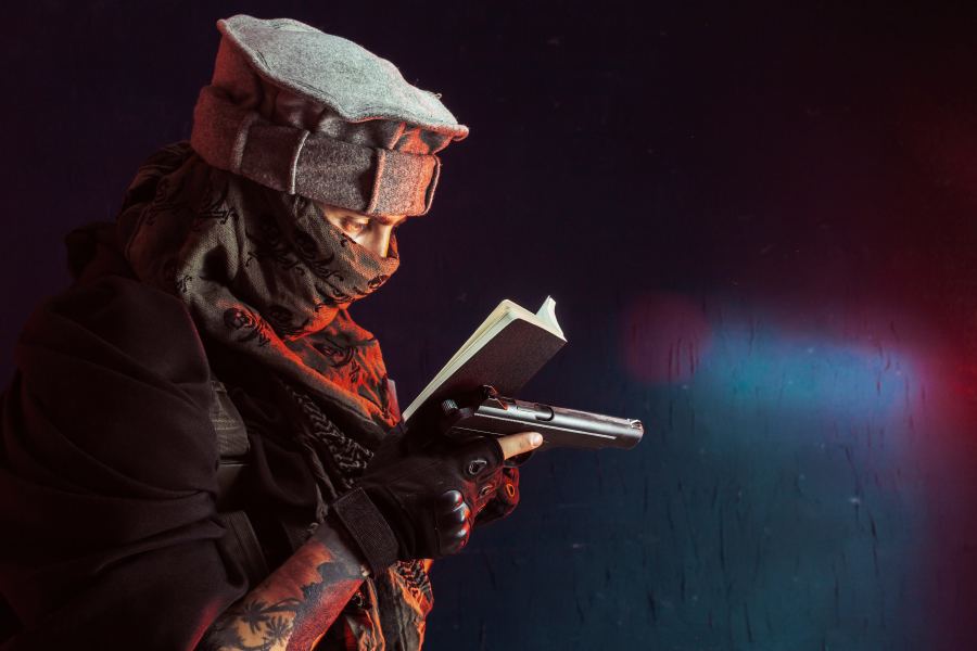 Террорист с пистолетом читает Коран