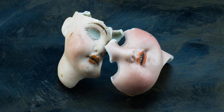 Разбитое лицо игрушечной куклы