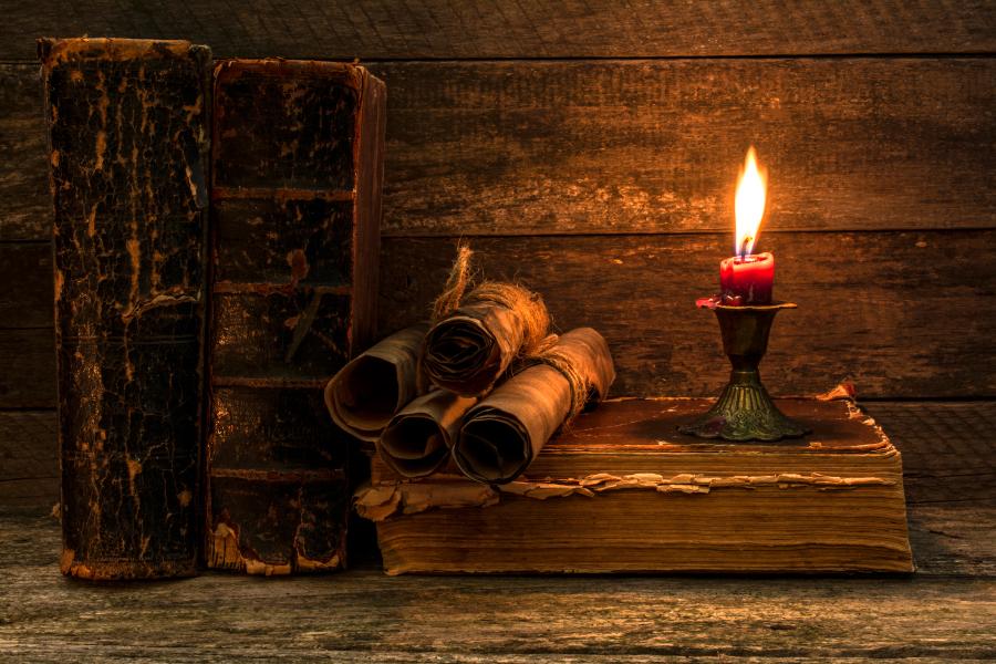 Свитки и старые книги на деревянном столе