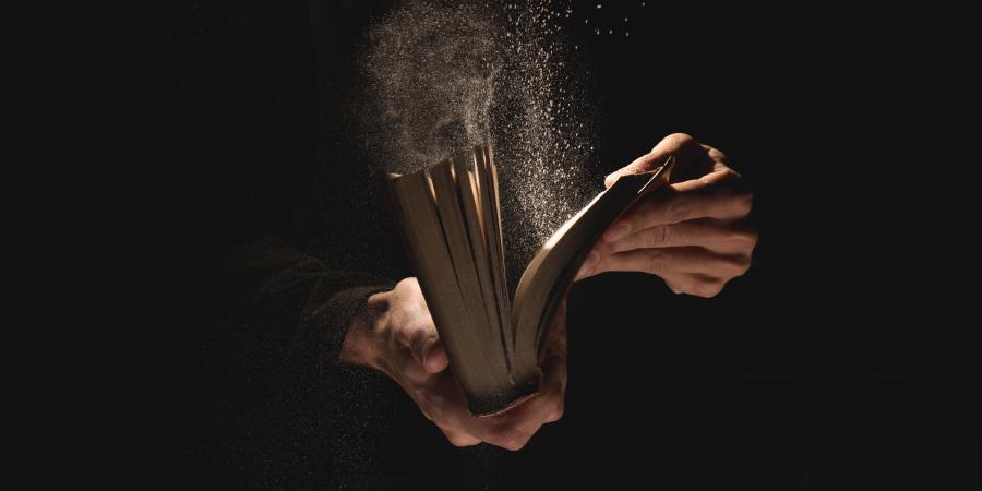 Человек, открывающий пыльную книгу