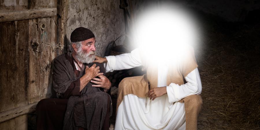 Человек с засвеченным лицом держит за плечо слепого старика