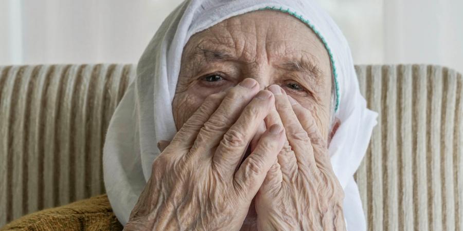 Плачущая пожилая женщина