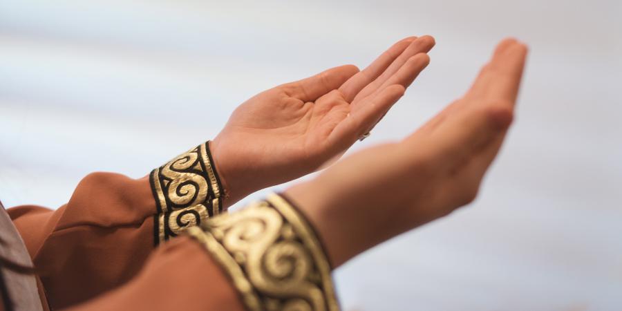 Женские руки, вытянутые в молитвенном жесте