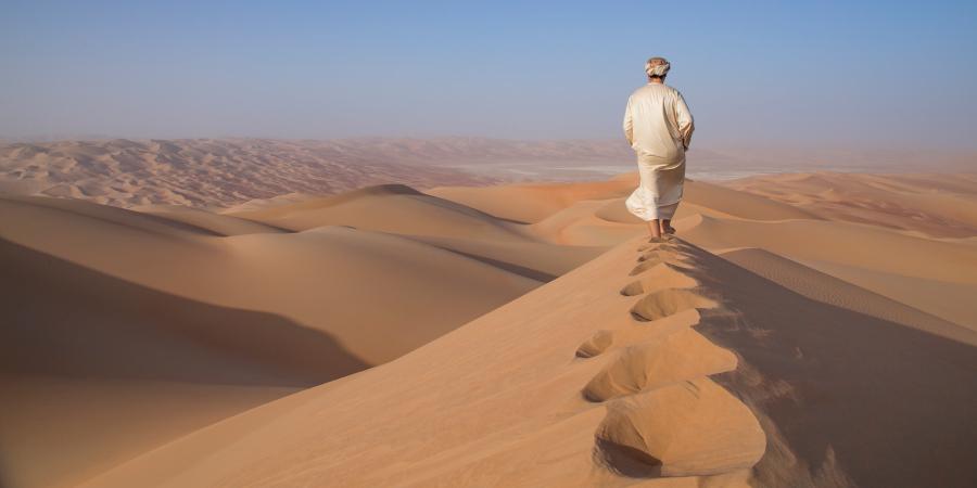Человек, идущий по пустыне