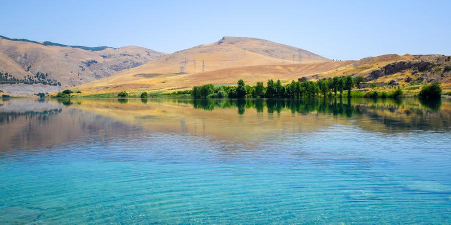 Голубые прозрачные воды реки Ефрат
