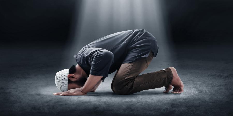 Озарённый светом мусульманин в земном поклоне