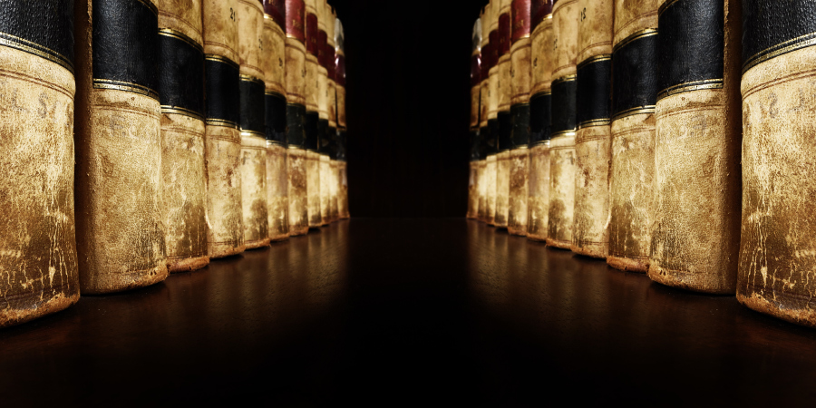 Старые книги в кожаных переплётах