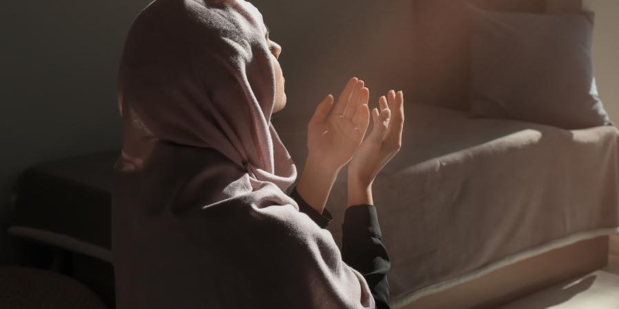 Мусульманка, молящаяся возле своей кровати
