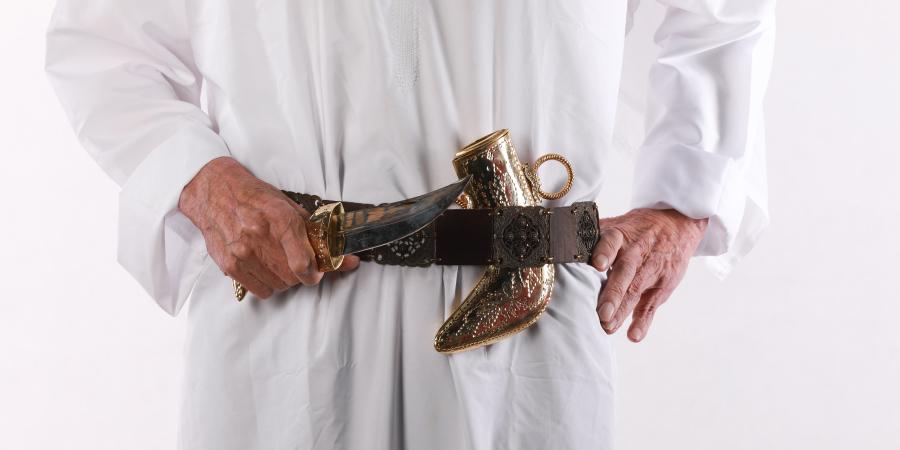 Старик в арабской национальной одежде с ножом в руке