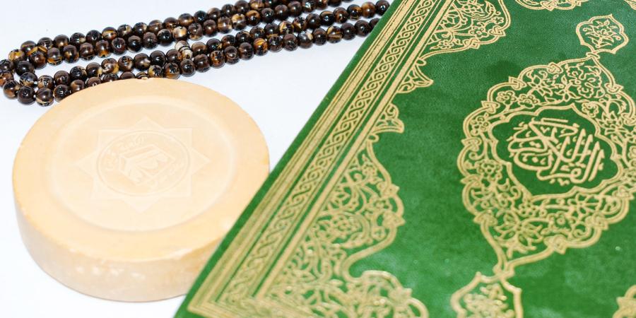 Коран, чётки и молитвенный камень