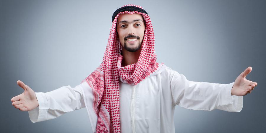 Улыбающийся араб в национальной одежде с распростёртыми руками