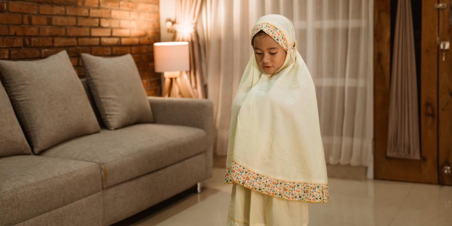Маленькая девочка, молящаяся в комнате