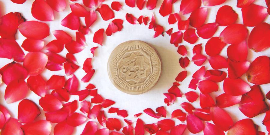 Молитвенный камень в окружении лепестков роз