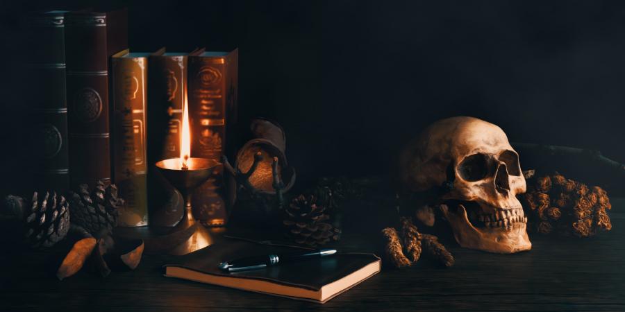 Колдовские принадлежности на деревянном столе